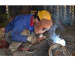 工人制作设备配件